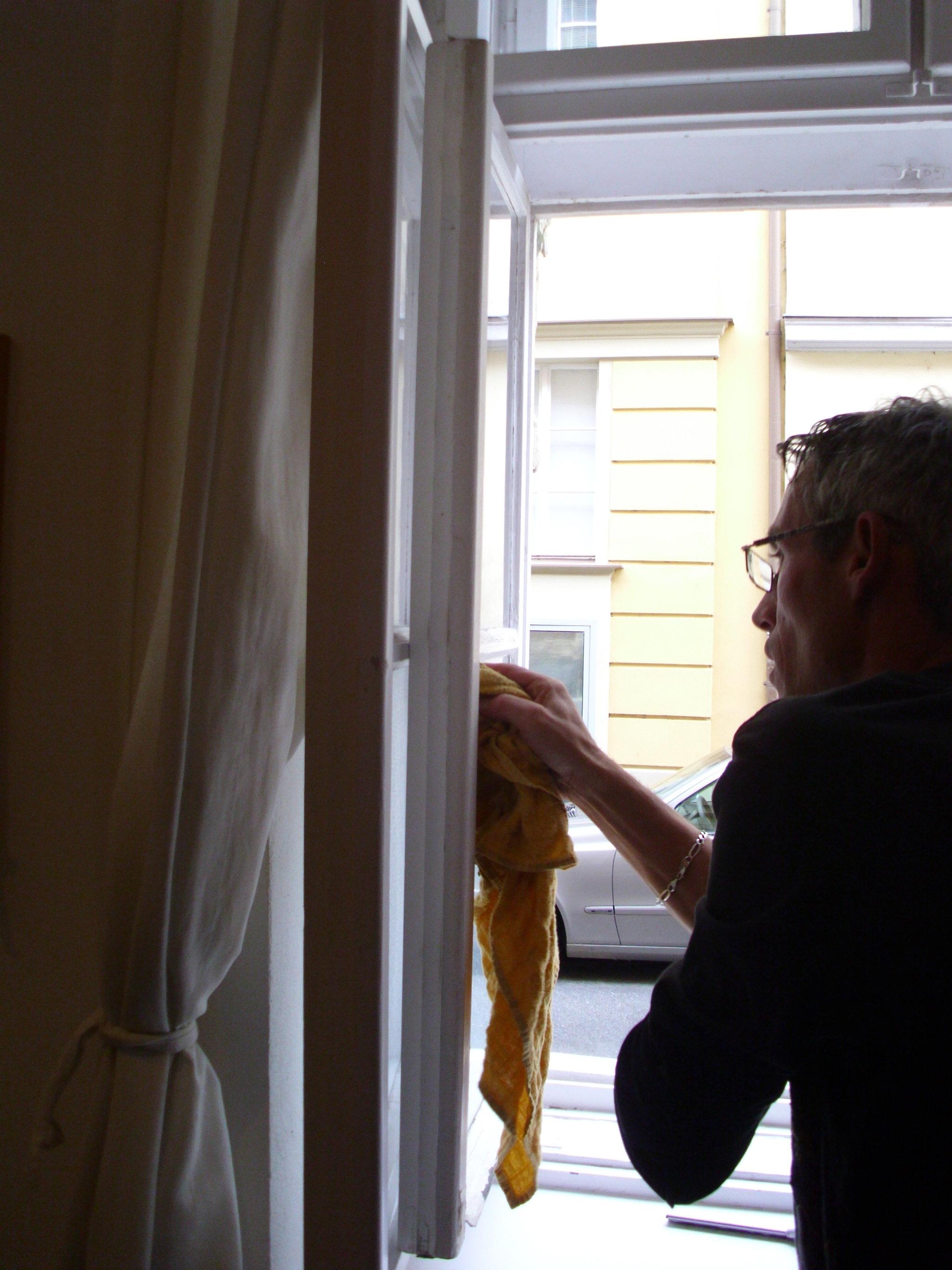 Umývanie okien v byte, domácnosti Martin